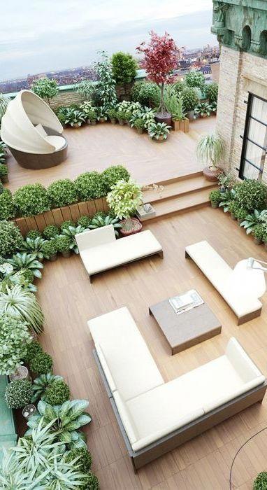 Obwohl es sich um eine ganz andere Umgebung handelt, bietet eine Terrasse, die sich über zwei Ebenen erstreckt und durch Bepflanzung getrennt ist, mehr Interesse und Raum. #übertrumpfen…