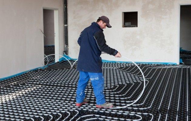 Composé d'une suite de tubes, le plancher chauffant hydraulique se pose, comme la version électrique, sur un isolant et est recouvert d'une chape. Il doit être relié au chauffage central de la maison et peut donc s'adapter à différents types d'énergie.