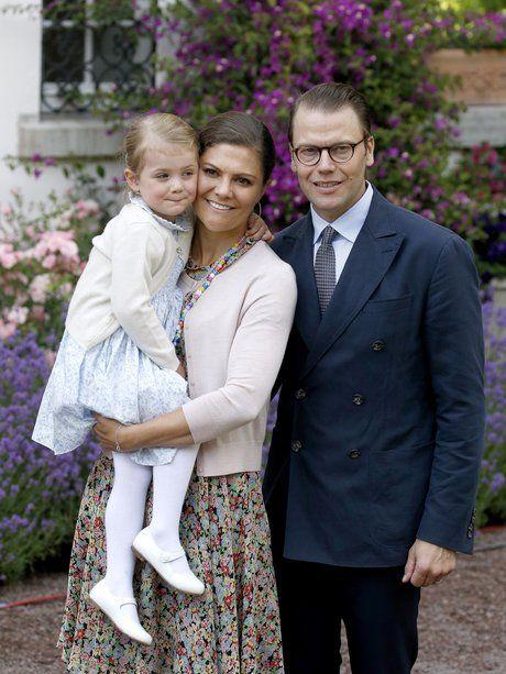 © Getty Images  Familienfoto am Victoriatag: Das Kronprinzessinnen-Paar mit Töchterchen Estelle.
