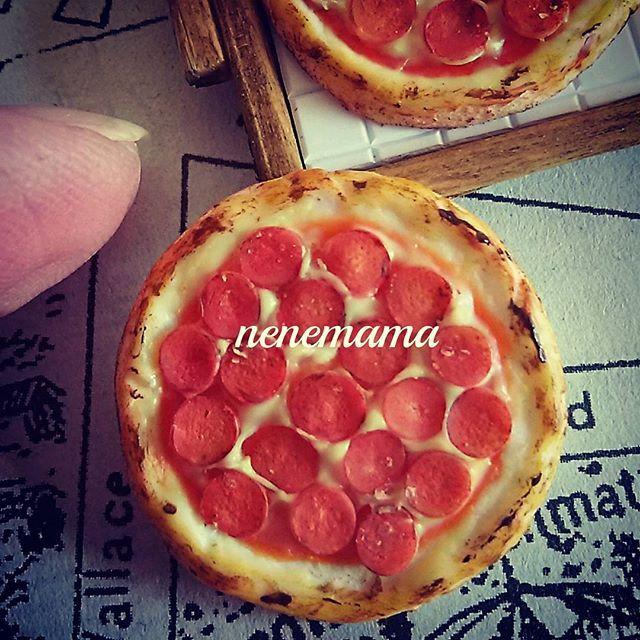 2つ目のピザはペパロニピザです♪仕上げにニスを塗ってパセリを散らします(^_^) * #ミニチュア #ミニチュアフード #フェイクスイーツ #フェイクフード #食品サンプル #ハンドメイド #粘土 #ドールハウス #カフェ #男前風 #ピザ #ピザ屋さん #ペパロニ  #チーズ #トマトソース #パセリ #ピザランチ #ランチ #miniature #miniaturefood #handmade #clay #dollhouse #pizza