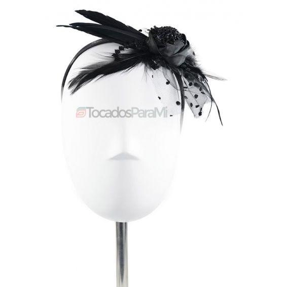 Atrévete con el estilo pin up. Revive el glamour, la sofisticación y la exuberancia de una dama de los años 50 con tocados como este   TocadosParaMi
