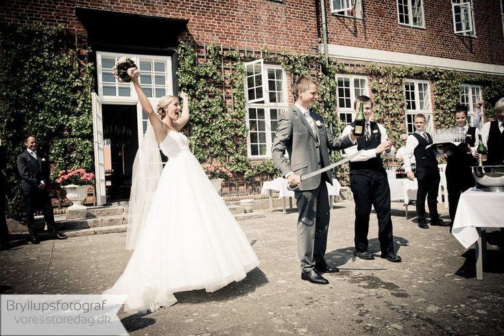 Bryllupsfotografering på Hindsgavl Slot i Middelfart Hindsgavl slot i Middelfart ligger i romantiske omgivelser ved vand og skov. Bryllupsfotograf Vores Store Dag har lavet mange spændende fotograferinger på slottet og kender derfor de gode steder med det smukkeste lys og ... Read More