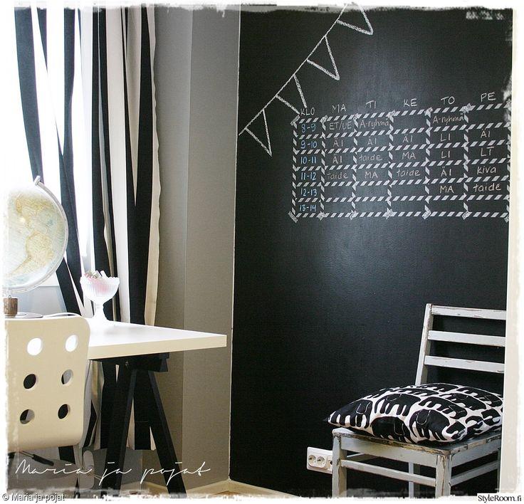 lastenhuone,liitutaulumaali,liitutaulu,työpöytä,lapsiystävällinen,mustavalkoinen,istuintyyny,lastenhuoneen sisustus,koululaisen huone,lukujärjestys,nuoren huone