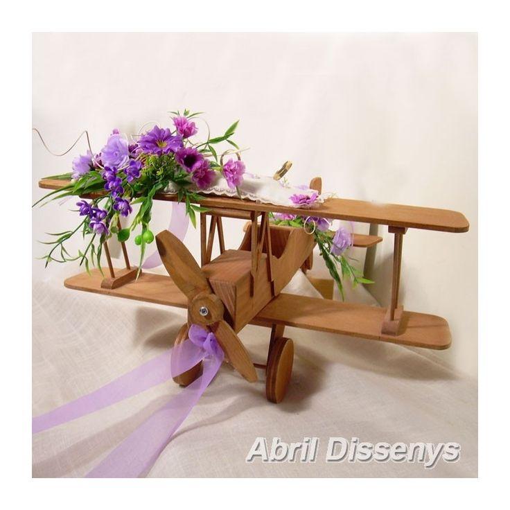 Avión de marquetería para anillos Lilas. Decorado con flores en lilas y rosas. Es uno de los complementos de boda más originales de nuestro catálogo