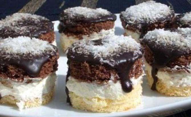 Nádherné tříbarevné koláčky, přelité čokoládou a posypané kokosem. Mňam!