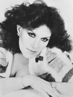 """Lucha Villa (1936) Es una de las más destacadas cantantes en la historia del género ranchero, además de reconocida actriz tanto en cintas de corte campirano como del cine de autor de los años setenta, de gran golpe comercial en los ochenta y del """"nuevo cine mexicano"""" en los noventa."""