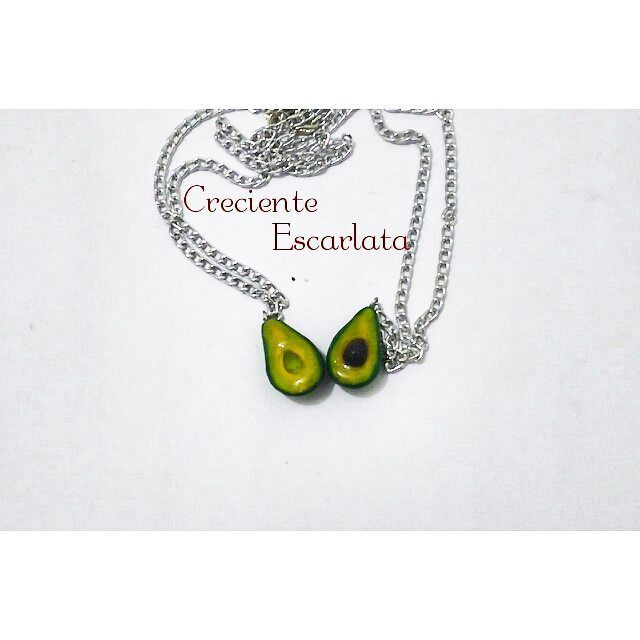 Collares de Aguacates. Encargo Precio: 15.000 el par. Materia: porcelana fría con resina de gemelos. Técnica: Modelado Accesorios de frutas, verduras ya más  podrás ver acá. Whatsapp 319 277 21 13 #handmadework  #Fruit  #crecienteescarlata  #manualidades  #food #craft #modelismo  #artesnal  #avocado  #aguacate  #necklaces  #collar #frutas #minisculpture  #accesorios  #accesoriosvarios  #fruitaccessory  #personalized
