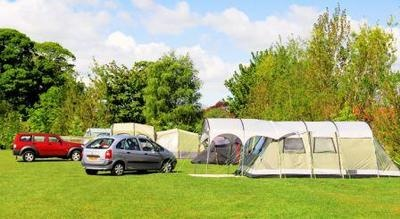 Set on the outskirts of the pretty village of Slingsby, this countryside site offers spaces for tents, caravans and motorhomes near the North York Moors
