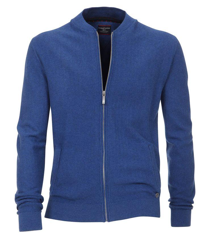 Casa Moda Vest zipper blauw Stijlvol blauw vest met een volledige ritssluiting van het merk Casa Moda. Het vest heeft aan de voorzijde twee steekzakken onder de rechter zak is een button bevestigd met het Casa Moda logo. Het vest is zeer goed te combineren met een mooi overhemd of sportief t-shirt. De half hoge kraag, de onderzijde en de mouwboorden zijn afgewerkt met een ribbreisel. Maak je outfit compleet met een stortief grote maat t-shirt of een trendy overhemd in grote maten.