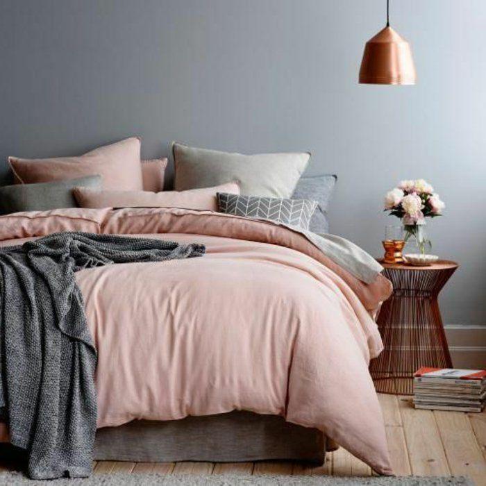 linge de lit lin rose et gris, une lampe cuivrée