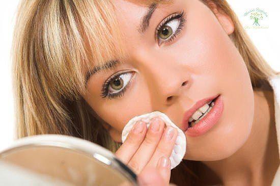 """МАСКИ БЫСТРОГО ДЕЙСТВИЯ  1. Универсальная тонизирующая и питательная маска быстрого реагирования Она как минимум на пять часов """"подтянет"""" вашу кожу. Чайную ложку меда смешайте с чайной ложкой крахмала и таким же количеством молока. Для жирной кожи вместо молока используйте сметану или йогурт. Примите горизонтальное положение в темной комнате, под ноги положите валик - ноги отдохнут и расслабятся... Смойте маску охлажденной минеральной водой. Не забудьте протереть кожу кусочком льда.  2. Но…"""