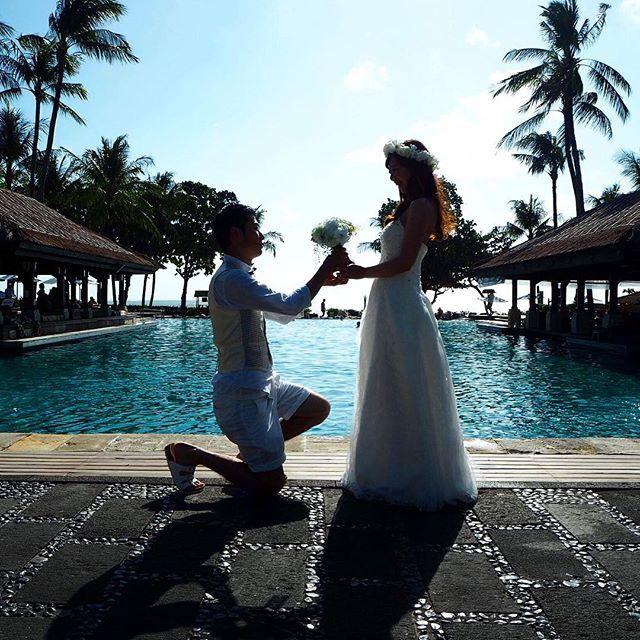 ひざまずかせてやった!笑 泊まってたホテルのプールサイド。  ここでドレスはNGだったらしく、これで終わりにしてね的な事言われちゃいました😅ごめんなさい😖 でも、これお気に入り♡ * #前撮り#セルフ前撮り#セルフフォト#ウェディング#花冠#ブーケ#DIY#手作り#プロポーズ風#逆光#プレ花嫁#123_wedding