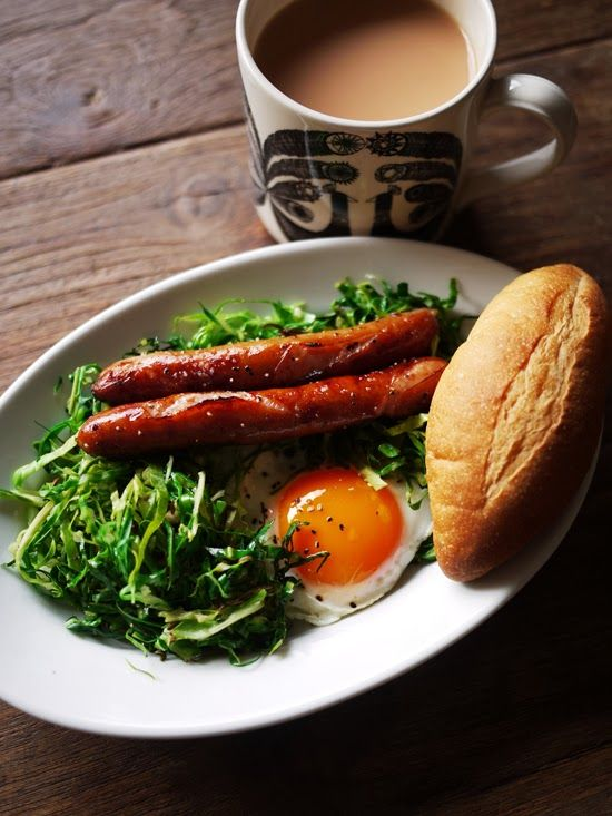 What I ate this morning: 2014/02/24 egg in spring cabbage nest, grilled sausage, bread, milk tea