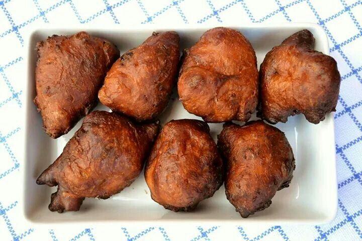 Recept Healthy Lifestyle Facts! OLIEBOLLEN! 8 – 10 stuks: Geurloze kokosolie 2 eieren 250 ml amandelmelk 125 gram boekweitmeel 125 gram rijstmeel (of haver/kastanje/amandelmeel) 8 gram droge gist (of 1 tl bicarbonaat) 75 gram rozijnen (kun je ook weglaten) 2 tl appelcider azijn (of citroensap) 1 tl palmsuiker (of honing) 1 tl Ceylon kaneel 1 tl Keltisch zout Optioneel: 1 appel