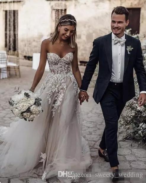 Sheer trägerloses Korsettkleid Plissee Tüll Brautkleid mit Perlen verziert und Kristall verkrustete dramatische Applikationen Robe de Mariee
