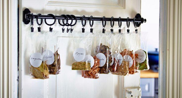 扉の裏を活用しましょう 食品収納庫は涼しくて乾燥しているのでスパイスの保管に最適。普段よく使うスパイスをプラスチック袋に入れてつるしておけば、お気に入りの料理をつくるときにさっと簡単に取れます。食品収納庫の扉に取り付けたブラックのレール