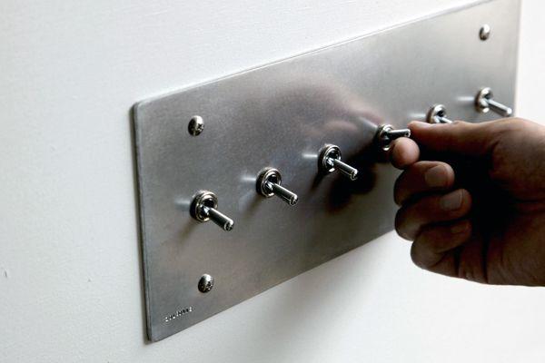 工業的デザインの照明用トグルスイッチプレートです。キモチまでスイッチが入るようなON-OFFのはっきりとした手応えを感じられます。