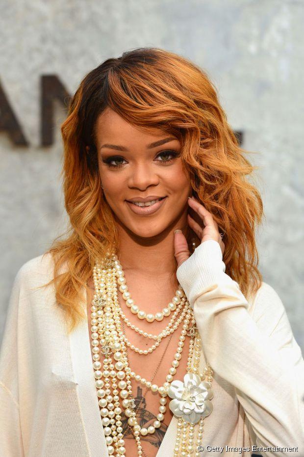 Rihanna atualmente usa um loiro escuro com fundo acobreado