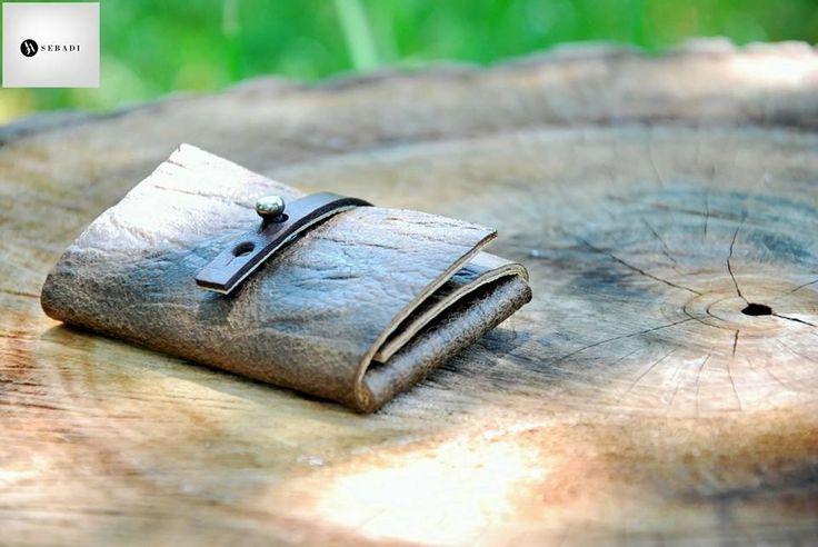 Portofel din piele naturala 13 -maro  -inchizatoare neagra -compact -captusit cu piele crem -accesorizat cu capsa si inchizatoare metalica nichel innegrit -dimensiuni l=5,5cm h=9,5cm g=1,5cm  PRET: 50 lei