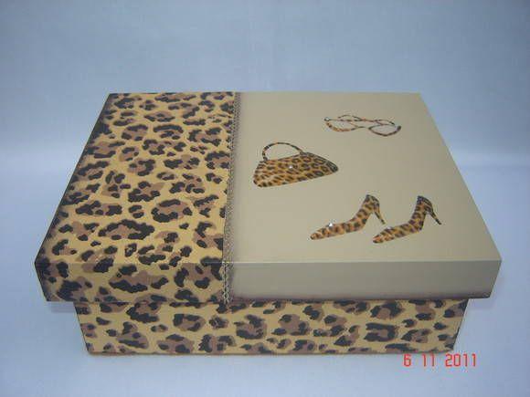 Caixa em MDF, com divisões para guardar bijouterias, decorada com pintura , decoupage e apliques em relevo de bolsa, sapato e óculos. R$ 40,00