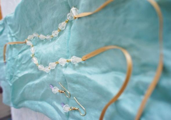 Delicate necklace & earrings. Un conjunto delicado: collar y pendientes.
