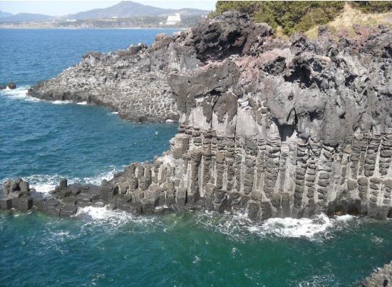 이것은 제주도에 있는 주상절리이다. 자연이 만들었다기는 믿기 힘들만큼 마치 잘라낸듯이 조각조각이 되어있다. 이는 암석이 식으면서 쪼개지는 것으로 일정한 방향성이 있기 때문에 저같은 모양이 나온다. 현무암은 육각 기둥으로 쪼개지는 성질이 있다.