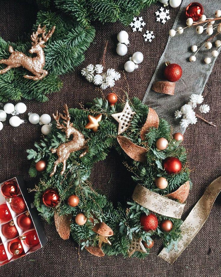 Making Christmas wreath // Cоздание Рождественского венка #xmas #merrychristmas #xmasdecor #diywreath #coolflowers_cz #pragueflowersdelivery #kvetiny #kvetinypraha #dovozkvetin #vazanikytic