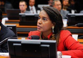 Deputada Tia Eron sugere voto decisivo por cassação de Cunha