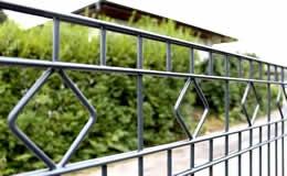 Schmuckzaun Typ Barcelona. Ein moderner und gleichzeitig exklusiver Zierzaun aus hochwertigem Doppelstabgitter mit rautenförmigen Ornamenten  im obersten Segment.