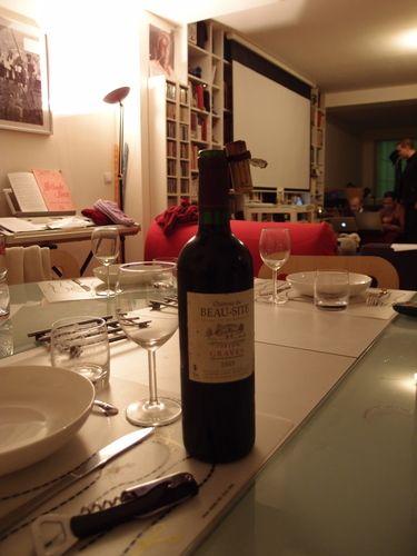 Bonne bouteille, belle soirée : Si longtemps après je ne me souviens plus de la raison pour laquelle je suis passée ce soir-là, je suppose un livre commandé que je venais livrer (hé oui, la libraire livre à domicile comme les pizzas, seul le délai diffère). Et puis finalement les amis ont débouché la bonne bouteille et je suis restée à dîner et finalement ce fut une douce soirée, heureuse et t