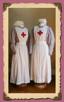British Red Cross nurse at the first World War, composed of purple striped cotton dresses with front detachable sleeves, apron, stood on the shoulders with buttons, collar, and cuff. The set was generally completed by white cuffs or short sleeves.