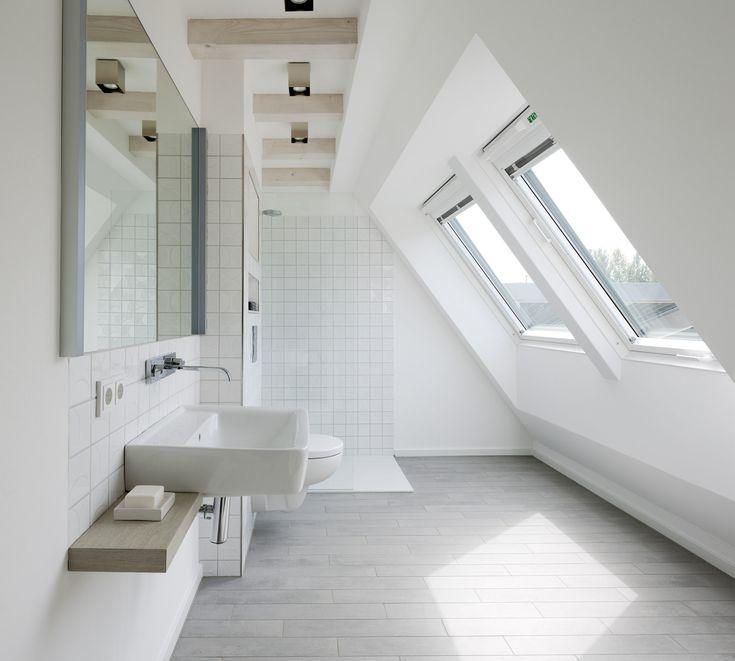 1000 id es sur le th me salle de bains sous les escaliers - Idee salle de bain sous pente ...