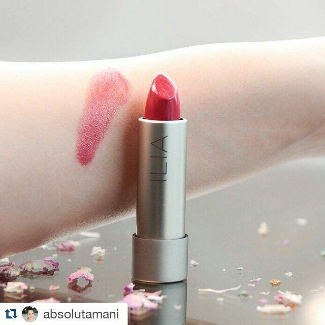 """#Repost @absolutamani ・・・ Valentinstag steht vor der Tür - diesen pflegenden Lippenstift """"Bang Bang"""" von Ilia gibt es in der Valentinsbox """"Love At First Sight"""" von @wearespatacular  Eine Review dazu gibt es jetzt auf meinem Blog  #lips #swatches #lipstick #ilia #cosmetics #beauty #lippenstift #valentinesday #valentinstag #spatacular #love #liebe #red #rot #lippenstift #naturkosmetik #germanblogger #blogger"""