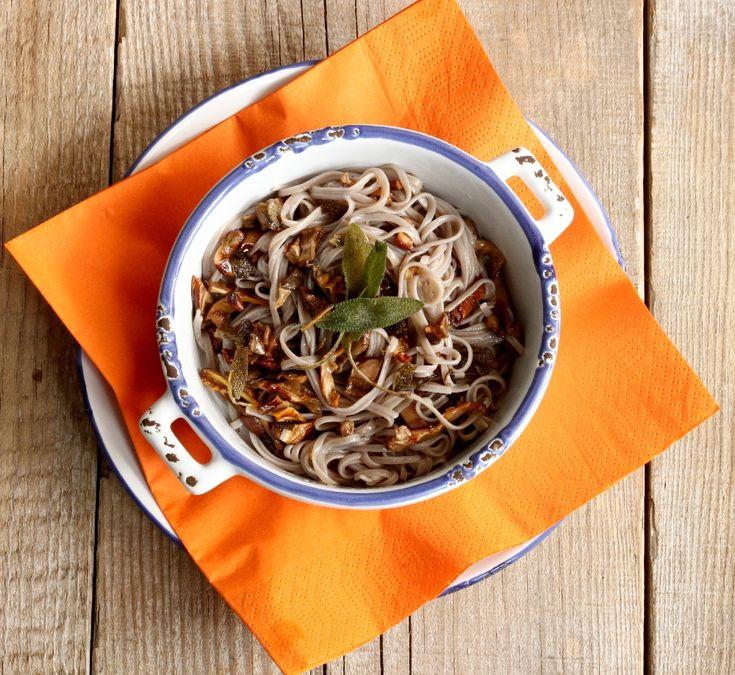 Безглутенови спагети от елда и сладък картоф със сушени манатарки и хрупкави листенца салвия