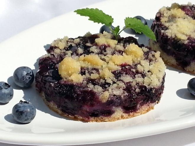 Jednoduchý borůvkový koláč - Mouku,cukr,olej,mléko,vajíčko,prášek do pečiva a vanilkový cukr umícháme, dáme na vymaštěný plech a pokladem ovocem. ..
