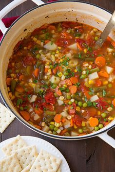 【野菜スープレシピ】 材料(7人分):オリーブ油大さじ2と1/2 玉ねぎ(細かくカット)1と1/2カップ にんじん(さいの目にカット)2カップ セロリ(細かくカット)1と1/4カップ にんにくみじん切り4かけ チキンスープか野菜スープ約7カップ 角切りトマト約3と1/2カップ(約2缶分) じゃがいも(さいの目にカット)3カップ パセリのみじん切り1/3カップ ローリエの葉2枚 乾燥タイム小さじ1/2 さやいんげん1と1/2カップ とうもろこし1と1/4カップ えんどう豆1カップ 塩・こしょう(黒こしょう)少々    作り方:①鍋にオリーブ油をひき、中火で玉ねぎ、にんじん、セロリを3-4分炒めます。にんにくを加えてさらに約30秒炒めます。  ②スープを入れ、トマト、じゃがいも、パセリ、ローリエ、タイムを加えて、塩こしょうで味を整えます。  ③沸騰したら、さやいんげんを加え、じゃがいもが柔らかくなるまで弱火でことこと20-30分煮ます。  ④最後にえんどう豆、とうもろこしを加えて約5分煮込んだら完成です。