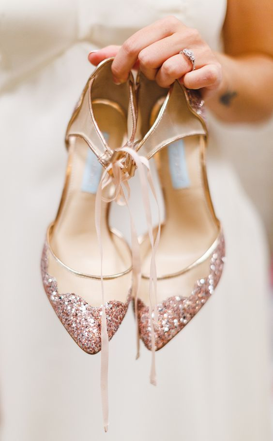 Rose gold wedding shoes #PearlsThatGoWith #HonoraPearls #FindYourLuster