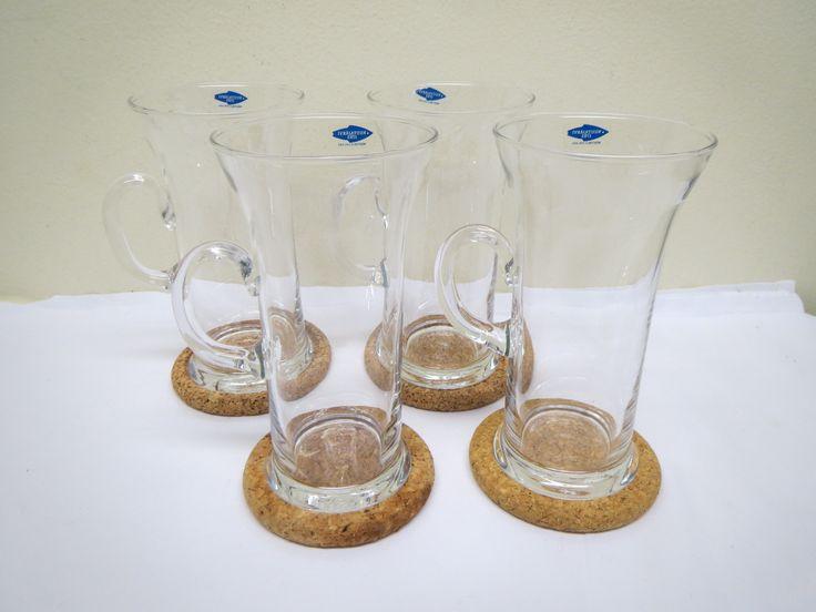 Heikki Orvolan suunnittelmat Irish Coffee -lasit, 4 kpl.  Lasit ovat ehjät ja hyväkuntoiset, mukaan tulevat korkkiset lasinaluset.  Korkeus 14 cm, suuaukon halkaisija 7,5 cm.  15 euroa/kpl.