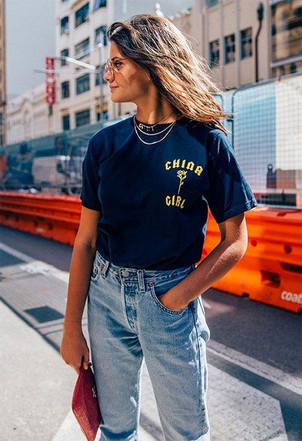 Street style look com clutch rosa + jeans e camiseta.