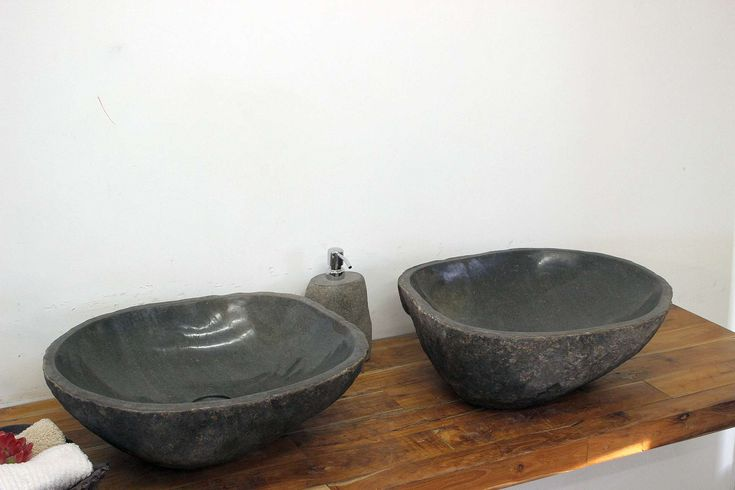 DER FLIESENONKEL :: Zwei Waschbecken aus massivem Findling / Flußstein / Flußkiesel