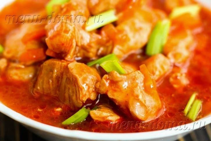 Вкусный гуляш из курицы с томатной подливкой