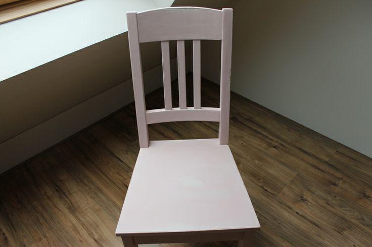 Bijgaand het resultaat van mijn eerste poging. Een oud grenen stoeltje beschilderd met Old white (onderlaag) en Antoinette (bovenlaag). Vervolgens op bepaalde plekken opgeschuurd en uiteraard in de soft wax gezet. Helemaal blij mee. Kitty !