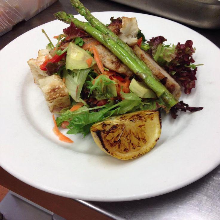 Warm chicken schnitzel salad with avocado and grilled asparagus.. #johnmeyer #berkelouwcafeeumundi #healthy #food #freerangechicken
