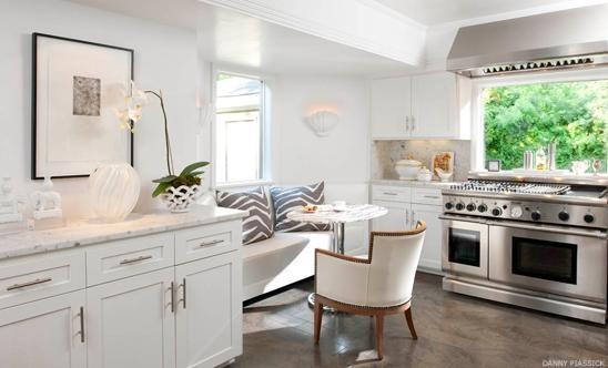 White kitchen.Beautiful Kitchens, Dreams Kitchens, Kitchens Seats, Breakfast Nooks, Big Windows, White Kitchens Cabinets, Black White, Kitchens Nooks, Stoves