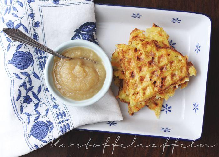 Kartoffelwaffeln mit Apfelmus  500 g Kartoffeln, mehligkochend   1 Karotte   1 Schalotte  1 Ei  2 EL Haferflocken 1  EL Naturjoghurt (bis 1,8% Fett)  Salz & Pfeffer  2 TL Pflanzenöl