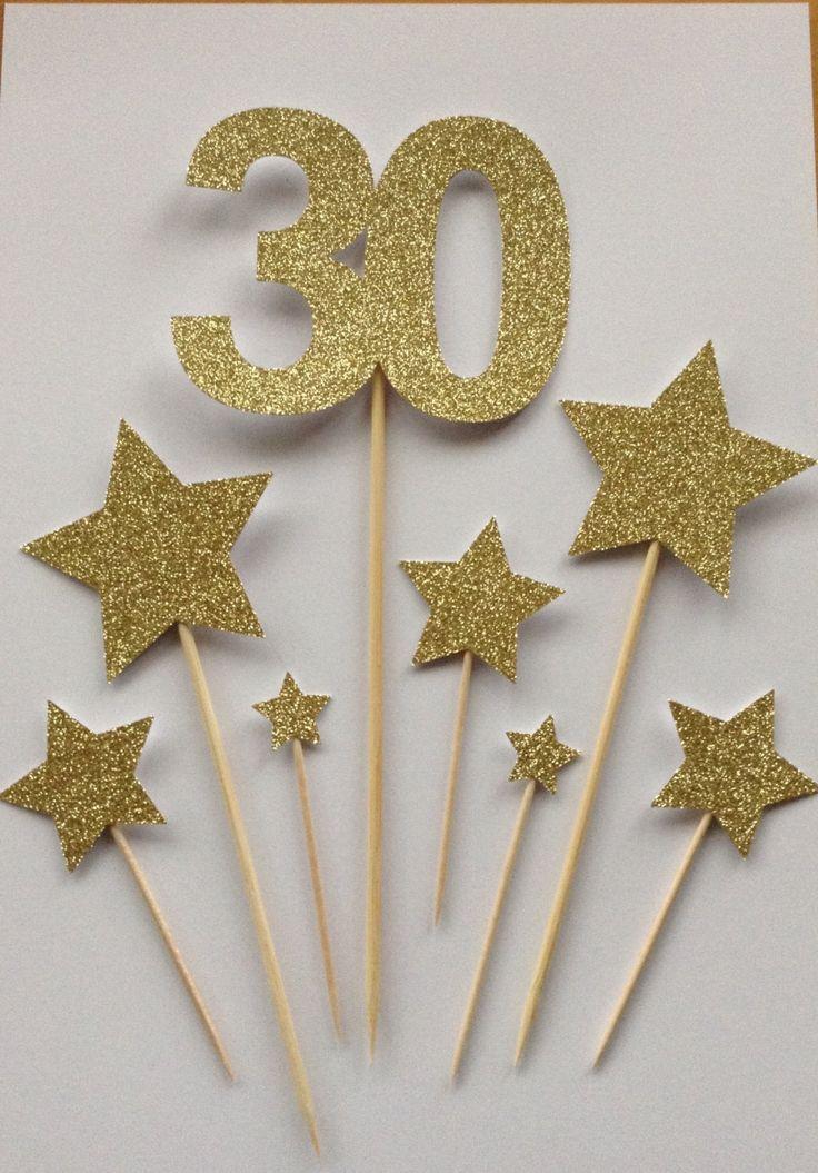 GOLD-30TH BIRTHDAY STERNE CAKE TOPPER SORTIMENT PACK ***  Dieses Angebot gilt für ein Pack 7 glitzernden gold Sterne Kuchen Spitzenwerken und einem großen 30. Sie können verwendet werden, um einen Geburtstag, Hochzeit, Jubiläum oder Feier Kuchen dekorieren. Sie sehen super zusammen eine atemberaubende Mittestück auf einen traditionellen Kuchen zu erstellen.  Sie wurden von gold Glitter-Karte, die Schuppen nicht gesenkt.  In Ihrer Packung erhalten Sie Folgendes:  1 X die Zahl 30 auf 2 x 6.5cm…