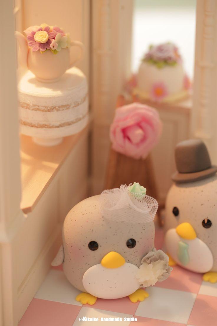 Lovely penguin bride and groom custom wedding cake topper, cute animals wedding cake decoration ideas #miniatures #penguin #dollhouse #cakeshop #weddingideas #weddingdetails #weddingthings #weddinggift #couplecaketopper #handmade #unique #ceremony #claydoll #initials #claydoll #sculpted #marriage #justmarried #kikuikestudio #Hochzeit #Boda #結婚式 #petscaketopper #nozze #mariage