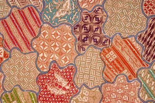 "Motif Batik Sekar Jagad adalah salah satu motif batik khas Indonesia. Motif ini mengandung makna kecantikan dan keindahan sehingga orang lain yang melihat akan terpesona. Ada pula yang beranggapan bahwa motif Sekar Jagad sebenarnya berasal dari kata ""kar jagad"" yang diambil dari bahasa Jawa (Kar=peta; Jagad=dunia), sehingga motif ini juga melambangkan keragaman di seluruh dunia."