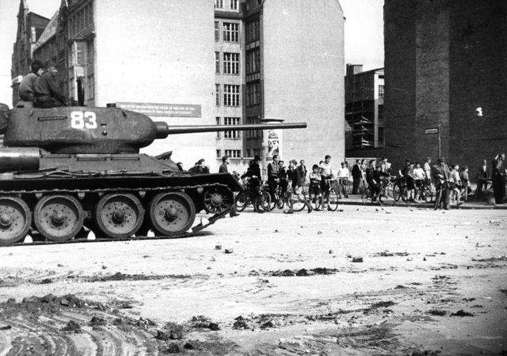 17. Juni 1953 Aufstand im Sowjet-Sektor von Berlin Nach dem Tode Stalins griff der Wille zur Selbstbestimmung über das staatliche und persönliche Leben und über die Freiheit der Persönlichkeit auf die Menschen des gesamten sowjetzonalen Sektors Deutschlands über. Die Bevölkerung im Sowjetsektor Berlins glaubte die Stunde der Freiheit sei für sie gekommen. Man ging auf die Straßen und...