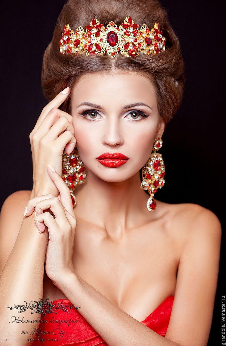 Купить или заказать Тиара для волос «Симфонии любви» в стиле DOLCE & GABBANA ободок в интернет-магазине на Ярмарке Мастеров. Представляю Вашему вниманию эксклюзивную тиару-корону ювелирной работы «Симфония любви», выполненную в стиле DOLCE & GABBANA. Эта тиара специально изготовлена, к ставшему уже традиционным, празднику «Дня всех влюбленных» или, как его еще называют, Дню Святого Валентина. Тиара уникальна, как и все украшения от КОРСЕТ-City. Она выполнена в романтической тематике в...